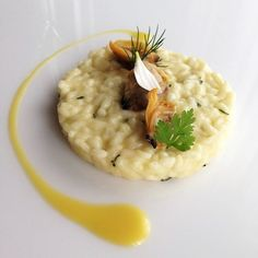 The Risotto with olive oil and clams with thyme and lemon is a recipe by Antonino Cannavacciuolo, perfect for Carnaroli rice from Riserva San Massimo. Rice Recipes, Raw Food Recipes, Gourmet Recipes, Pasta Recipes, Italian Recipes, Chefs, Food Presentation, Food Design, Paella