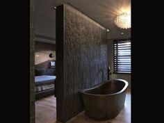 Banheiro em tons escuros. Parede áspera Revista Bem Estar