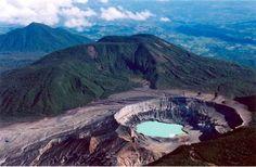 Este es el Volcán Poás . Todavía está activo hasta el día de hoy .