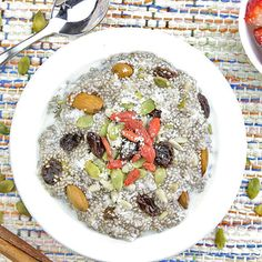 10 Things Raw Food Dieters Know That You Don't - Milk, oats, and chia seeds - Refridge overnight, add fruit and nuts. Chia Breakfast, Power Breakfast, Eating Raw, Healthy Eating, Healthy Food, Clean Eating, Raw Vegan Recipes, Healthy Recipes, Some Recipe