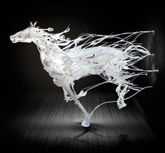 irecyclart: Japanese-born artist Sayaka Ganz creates sculptures out of discarded plastics found in thrift stores and converts these unwanted materials into life-like horses in mid-gallop. (via Recycled Plastics sculptures by Sayaka Ganz) Horse Sculpture, Animal Sculptures, Art Plastic, Plastic Items, Plastic Spoons, Plastic Animals, Arte Peculiar, Street Art, Trash Art