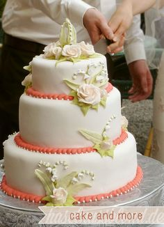 haselnussblond - eat♥braid♥love - our wedding cake: glutenfree, vegan - lily of the valley, pastel