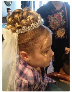 Bello Communion Hairstyles, Tiara Hairstyles, Flower Girl Hairstyles, Little Girl Hairstyles, Wedding Hairstyles, First Communion Veils, Girls Communion Dresses, Flower Girl Updo, Special Occasion Hairstyles