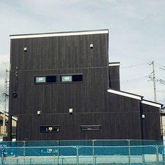 3LDKで、家族の、部屋全体/サイディング/LIXIL/新築建築中/8月新築完成予定/カーボンブラックについてのインテリア実例。 「7月1日 着工99日...」 (2017-07-02 20:17:35に共有されました) Basketball Court, Exterior, Outdoors