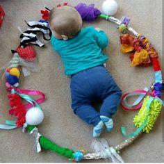 Create your Baby Sensory Hoop: moms and babies from Northamptonshire – Baby Development Tips Baby Sensory Play, Baby Play, Sensory Diet, Sensory Motor, Infant Activities, Activities For Kids, Childcare Activities, Health Activities, Baby Lernen