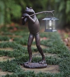 Trekking Frog Statue carries a removable pole and separate solar-powered lantern to lead the way and illuminate your path, garden, deck or patio at night.