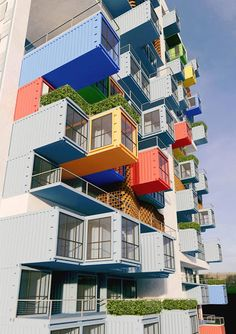 EL MUNDO DEL RECICLAJE: Un rascacielos hecho reciclando contenedores. Ganti + Asociates (GA) Design se adjudicó el primer lugar de un concurso internacional en Bombay (India) con un rascacielos de containers que sirve de vivienda temporal en la densa favela de Dharavi. Teniendo en consideración que los containers pueden ser apilados hasta diez pisos sin soporte estructural adicional, la propuesta de GA se trata de un rascacielos de 100 metros de altura, compuesto por una serie de conjuntos…