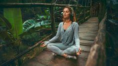 Hay muchos malentendidos acerca de la práctica de mindfulness o Atención Plena, especialmente entre aquellas personas que desde hace poco dedican unos minutos al día a meditar y creen que consiste en sentarse a respirar y dejar la mente en blanco. Esta equívoca idea genera mucha frustración entre los principantes, ya que el cerebro humano funciona como una antena que constantemente recibe información. Meditar no consiste en apagar el pensamiento, sino en observar cómo funcionan los hábitos…