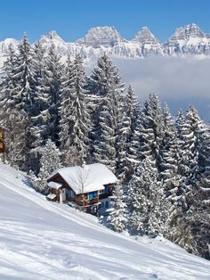 Stock image of 'Winter holiday house in swiss alps'