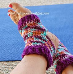 Keep your toes warm with these free crochet patterns for socks and slippers. Find easy crochet slippers and crochet sock patterns for all ages! Crochet Socks Pattern, Crochet Shoes, Crochet Slippers, Easy Crochet Patterns, Crochet Clothes, Crochet Lace, Crochet Gratis, All Free Crochet, Crochet For Kids