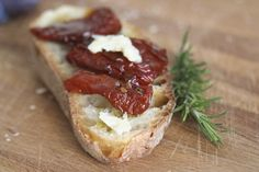 Rien de plus facile : du pain, un filet d'huile d'olive, des morceaux de parmesan et de tomates confites, c'est tout !