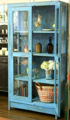 鮮やかなブルーのガラスキャビネットが入荷しました!一点もののヴィンテージのキャビネットです。両開きのキャビネットは、シンプルなデザインに鮮やかなブルーが目を惹…