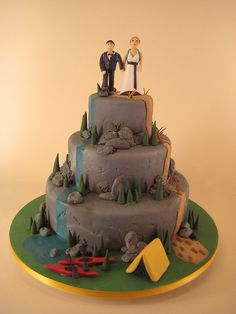 Love the little tent and kayaks at the foot of this #hiking #wedding cake. Maybe add some prairie for Iowa?