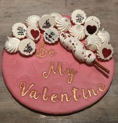 Cakeboard bekleed met Smartflex fondant, de hartjes zijn aangebracht met een structuurmat open hearts. De tekst is aangebracht met SweetStamp letterset SweetSticks en ingeverfd met edible art paint van SweetSticks. Op het board liggen meringuekisses met Valentijns afbeeldingen aangebracht mbv een meringue transfersheet. Meringue, Fondant, Birthday Cake, Cupcakes, Stamp, Sugar, Cookies, Desserts, Food