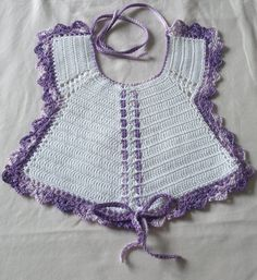 Oggi voglio farvi veder il mio ultimo lavoro un pensierino per un'amica a cui è nata una bimba.  Premetto che non ho schemi perchè mi sono... Crochet Baby Bibs, Baby Knitting, Knit Crochet, Baby Patterns, Crochet Patterns, Baby Booties, Camilla, Lace Shorts, Image