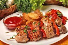 Los Shashliki, carne marinada y asada a la brasa, son uno de los emblemas culinarios de Rusia además de ser algo imprescindible en cualquier reunión familiar que se precie, sobre todo en los meses de verano. En estas brochetas se puede utilizar todo tipo de carnes, pescados, verduras y mariscos, el secreto está en el marinado previo basado en el limón y las hierbas aromáticas. El marinado es una forma de dejar la carne más tierna y darle más sabor a la hora de ser cocinada, y generalmente se…