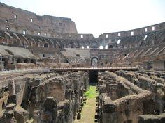Le Colisée de Rome pouvait recevoir de 50 000 à 75 000 spectateurs. Imaginez Jule César ou Néron dirigé les combats de gladiateurs. Il semble qu'il y avait même des batailles navales !