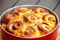 Se hvordan du bager en fantastisk smørkage, der også kaldes dagmartærte. Smørkagen bages med creme og remonce i en springform. Til en smørkage skal du bruge: 1 deciliter sødmælk 40 gram økologisk g…