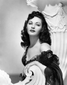 Yvonne De Carlo, -- what a classic look. Yvonne De Carlo, Vintage Hollywood, Hollywood Glamour, Classic Hollywood, Hollywood Stars, Sylvester Stallone, Manado, Hollywood Actor, Hollywood Actresses
