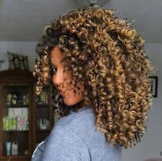 To have beautiful curls in good shape, your hair must be well hydrated to keep all their punch. You want to know the implacable theorem and the secret of the gods: Naturally curly hair is necessarily very well hydrated. Cute Curly Hairstyles, Curly Hair Styles, Natural Hair Styles, Big Natural Hair, Hairstyles 2016, Braided Hairstyles, Dyed Curly Hair, Colored Curly Hair, Highlights Curly Hair