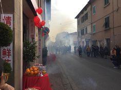 il fumo dei petardi per il capodanno cinese 2017 in piena chinatown a Prato