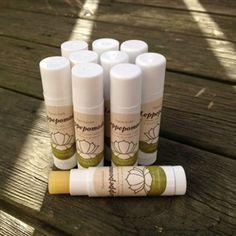 Leppepomade m/ grønnmynte. En nærende og mykgjørende leppepomade som forebygger og reparerer tørre, sprukne og såre lepper.