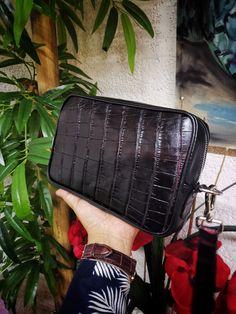 Bolsa de mano para hombre; neceser para hombre hecho artesanalmente en piel de res negro con cocodrilo negro con rojo | Hecho en México por Moon & Rain, Zankora y Tiendas Platino Messenger Bag, Exotic, Satchel, Lifestyle, Fashion, Bag, Crocodiles, Cosmetic Bag, Tents