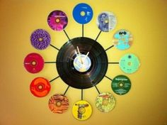 Recycled CD and Vinyl Album Clock What a fun and creative way to use up old CDs ad DVDs that are no longer useable! This clock also uses an old vinyl album for the center piece. Cd Recycling, Do It Yourself Vintage, Cd Mosaic, Mosaic Mirrors, Vinyl Record Crafts, Vinyl Records, Cd Project, Recycled Cds, Cd Crafts
