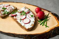Westwing vous livre tous ses conseils pour réaliser une délicieuse recette d'été : des tartines de fromage blanc aux herbes et radis.