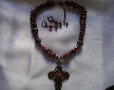 Colar Curto Medalhão Crucifixo.