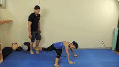 Mnoho lidí si myslí, že střed těla a břišní svaly znamenají jedno a to samé. Opak je však pravdou. // Střed těla je obsáhlejší pojem, který zahrnuje mimo jiné i břišní svaly, pozadí, spodní zádové svaly a boky. Procvičování středu těla zlepšuje celkové držení, ulevuje od bolesti doln