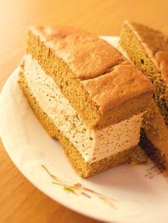 糖質制限◆とろ生カステラ風コーヒーケーキ    ふわふわ生地にクリームたっぷりで、コーヒー風味が美味しいケーキができました。大豆粉だとは分かりません。是非お試しを! 材料 ■ ★生地★ 基本の生地 レシピID : 4257808 と同じ +インスタントコーヒー 小さじ2〜3 +甘味料 砂糖の甘さに換算して10gほど ■ ★クリーム★ 生クリーム 150g 甘味料 砂糖の甘さに換算して大さじ3前後 インスタントコーヒー 小さじ1 ■ ★シロップ★ 水 大さじ1 洋酒 大さじ1 甘味料 大さじ1  作り方 1 ★生地★ロールケーキ生地のレシピ( レシピID : 4257808 )を参考に生地を作る。コーヒーは卵黄に混ぜればOK 2 ★シロップ★材料を合わせ、レンチンして溶かす 3 生クリームに甘味料を入れホイップ。角が立ったらコーヒーを入れ混ぜる 4 生地にシロップを塗り、半分にカット。1枚にクリームをたっぷり塗り、もう1枚をシロップを塗った面が下になるように重ねる 5 ラップをし、一晩冷蔵庫で冷やす 6 温めた包丁で端をカット。後は好きな大きさに切り分けて完成!