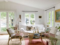 Vaalea kesäkoti - A Light Summer Home Weranda Country Talo maalla - A Country House W. Country Interior, Country Furniture, Shabby Chic Furniture, Swedish Cottage, Beach Cottage Style, Coastal Style, Cosy Living, Danish House, Beach Bungalows