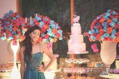 Paola, comemora os seus 15 anos com uma decoração cheia de flores azuis, laranja e pink.