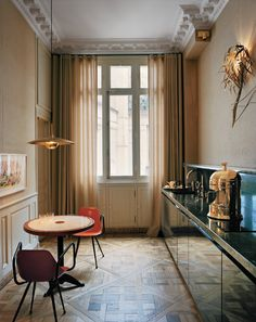 Idée relooking cuisine – A Home Designed by Studio KO – In the living room of the apartment that Studio K… Modern Spaces, Small Spaces, Kitchen Interior, Kitchen Design, Apartment Kitchen, Apartment Living, Interior Architecture, Interior And Exterior, Decoracion Vintage Chic