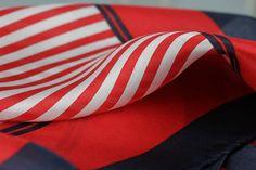 Terriblement mode, ce foulard rayé en soie blanc, rouge et bleu marine. Un 4d1ef423f9f