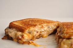 簡単に作れてしかもガッツリ満足感のある『チーズオニオンサンド』をご紹介します!朝食やちょっと小腹が空いたときなどにピッタリですので是非ご覧下さい♫