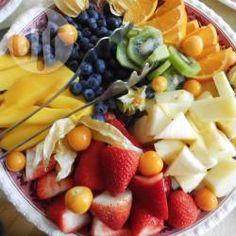 Schneller Obstsalat / Dieser leichte Salat aus frischen Früchten eignet sich perfekt als Beilage für Brunch, beim Picknick oder einfach als gesunder Nachmittagssnack. Man kann ihn aber auch mit anderem Obst beliebig variieren. @ de.allrecipes.com
