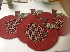 Apple mug rugs Felt Crafts, Crafts To Make, Fabric Crafts, Diy Crafts, Table Runner And Placemats, Quilted Table Runners, Mug Rug Patterns, Apple Decorations, Place Mats Quilted