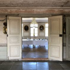 The grandest interiors are found in a beautiful century Manor House that was remodelled in the late century in cool grey Gustavian style. Country Interior, Nordic Interior, French Interior, Interior Design, Swedish Interiors, Cottage Interiors, Swedish Style, Swedish Design, French Country Cottage