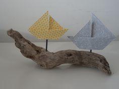 Décoration bateaux origami sur bois flotté dans les tons gris-jaune moutarde : Accessoires de maison par c-driftwood-bois-flotte #boisflotté #origami #Vendeeglobe #voilier #bateau
