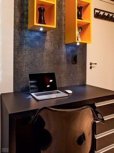 Ap. 37 m²  escrivaninha (1,18 x 0,60 x 0,70 )cantinho entre o armário e a porta. Faixa de papel de parede (ref. 422542, linha African Queen, da Bucalo, Decor in Book, R$ 380 o rolo de 10 x 0,53 m) fazendo as vezes de painel. Os spots de LED embutidos nos nichos iluminam a bancada. Cadeira Tulipa Mede 68 x 63 x 84 cm. Mobi Design, R$ 699. Projeto de Only Design.