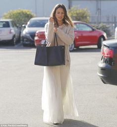 Jessica Alba arrives at Honest Company HQ in a white ensemble | Daily Mail Online