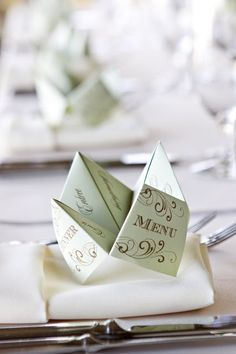 {It's in the Details} Cootie Catcher Menus - Oh Lovely Day. Tutorial: http://www.wikihow.com/Make-a-Cootie-Catcher-(Origami-Fortune-Teller) ; http://www.squiglysplayhouse.com/ArtsAndCrafts/Crafts/CootieCatchers.html
