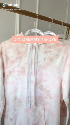 Diy Tie Dye Shirts, Diy Shirt, Diy Fashion Hacks, Tie Dye Crafts, Tie Dye Techniques, Bleach Tie Dye, How To Tie Dye, Tie Dye Outfits, Tie Dye Sweatshirt