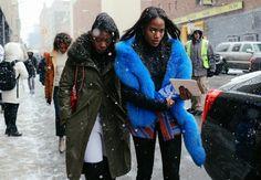 Os melhores looks de rua da NYFW . Pelo azul