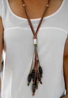 Collar de cuero en cuatro colores: verde, frambuesa, rosa palo y cobre con pasadores de zamak bañados en plata, cuentas de cobre y cuentas de cristal color miel en forma de tubo.