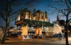 Inspirada no Lions Sands Game Reserve, uma rede de hotéis com cômodos diferentes integrados a natureza, a empresa Virgin Holidays criou uma casa na árvore no meio de Londres para promover viagens a África do Sul.  A instalação estava a dez metros do chão e foi temporária, ficando disponível durante a última semana de janeiro. O design foi feito por Hubert Zandberg, enquanto o chef sul africano Petrus Madutlela aproximava ainda mais a experiência através de pratos típicos da região.