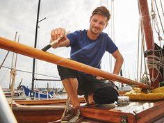 Mit 13 Jahren hat Stephan das Segeln für sich entdeckt. Er war es jedoch leid sich immer Schiffe zu mieten, und hat sich darum den Traum vom eigenen Boot erfüllt.  Klar, das 1925er Baujahr hatte schon einige Besitzer, deswegen musste auch Stephan ran ans Holz, denn der anspruchsvolle Werkstoff Holz braucht gute Pflege.  Und das viel investierte Herzblut bekommt Stephan von seinem Boot zurück. Immer den Kurs haltend, trotzt es den Elementen der Natur. Da machen beide keine halben Sachen.
