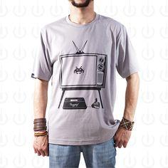 Camiseta Plugging Old School masculina 100% Algodão, fio 30 penteado com tecnologia anti-pilling na cor cinza e com estampa silk de alta durabilidade. O design da estampa teve inspiração nos jogos antigos de video-game como o clássico Space Invaders.
